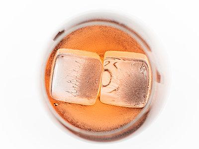 Drink mit Eiswürfeln - p401m2205955 von Frank Baquet