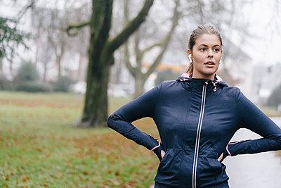 Young female jogger takes a break - p586m1539403 by Kniel Synnatzschke