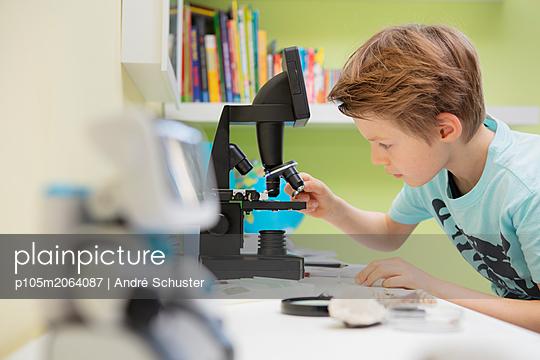 Junge beim Mikroskopieren - p105m2064087 von André Schuster