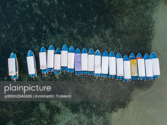 Indonesia, Bali, Benoa beach, Aerial view of moored boats in a row - p300m2042426 von Konstantin Trubavin