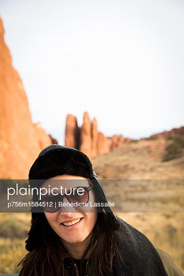 Frau mit Sonnenbrille - p756m1584512 von Bénédicte Lassalle