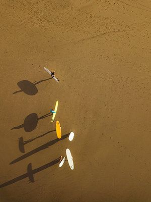 Aerial view of surfers at the beach - p1166m2137134 by Cavan Images