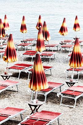 Verwaiste Sonnenschirme - p1092m2056815 von Rolf Driesen