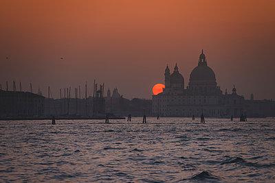 Sonnenuntergang hinter der Salute-Kirche, Venedig - p1493m1584755 von Alexander Mertsch