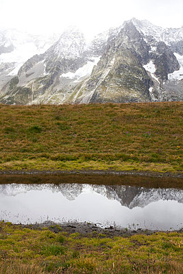 Reflection of mountains in lake - p3882941 by Leyens