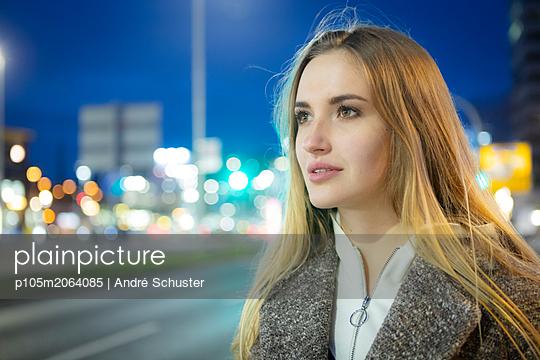 Junge Frau in der abendlichen Stadt - p105m2064085 von André Schuster
