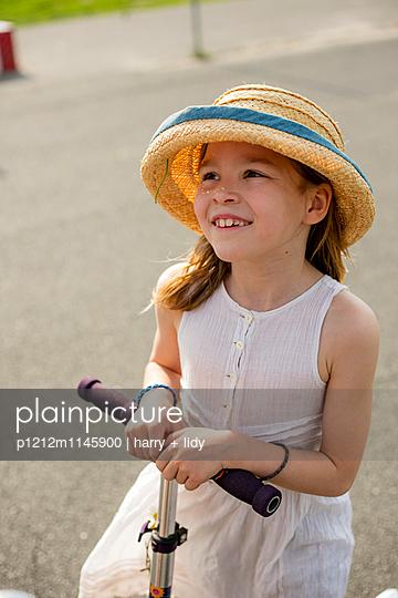 Mädchen mit Roller - p1212m1145900 von harry + lidy