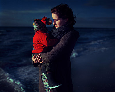 Mother and child at the sea - p1051m891856 by Jakub Karwowski