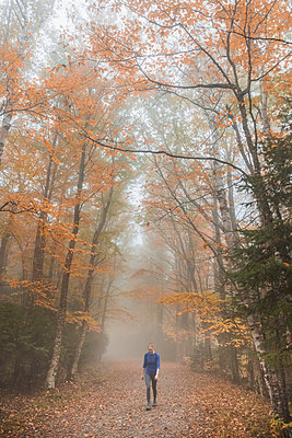 Woman hiking on trail - p1166m2112978 by Cavan Images