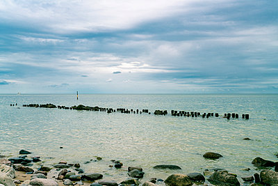 Germany, Mecklenburg-Western Pomerania, Ruegen, Baltic Sea, Sassnitz beach with stones - p300m1175748 by A. Tamboly