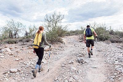 Couple hiking on rocky path - p555m1472901 by Kolostock