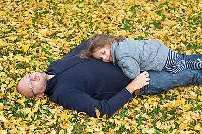 Father and daughter in autumn - p756m753932 by Bénédicte Lassalle