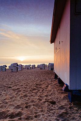 Sonnenaufgang am Strand - p946m851032 von Maren Becker