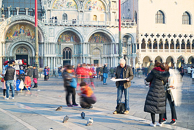 Man reads city map on St. Mark's Square - p1312m2082204 by Axel Killian