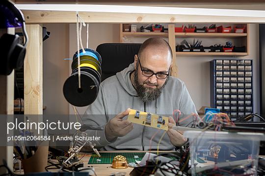 Elektriker prüft eine Platine - p105m2064584 von André Schuster