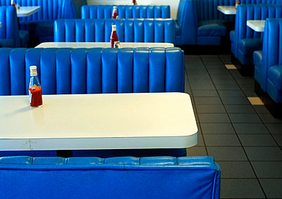 Diner tables with tomato sauce bottles - p1072m905490 by Mia Mala McDonald
