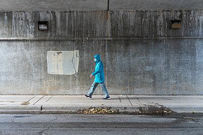 Frau mit Mundschutz  - p1614m2211813 von James Godman