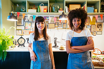 Portrait of two smiling women in a store - p300m1567907 by Bonninstudio