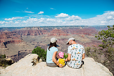USA, Arizona, Grand Canyon National Park, South Rim, Family sitting on viewpoint - p300m2029070 von Gemma Ferrando