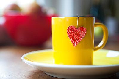 Liebevolle Teezubereitung - p505m943448 von Iris Wolf