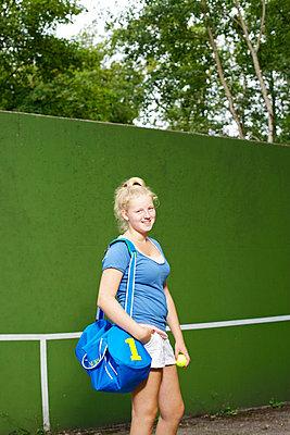 Tennismädchen mit Tasche - p606m856064 von Iris Friedrich