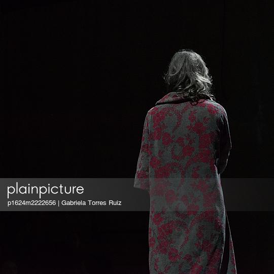 Rear view of woman in bathrobe - p1624m2222656 by Gabriela Torres Ruiz