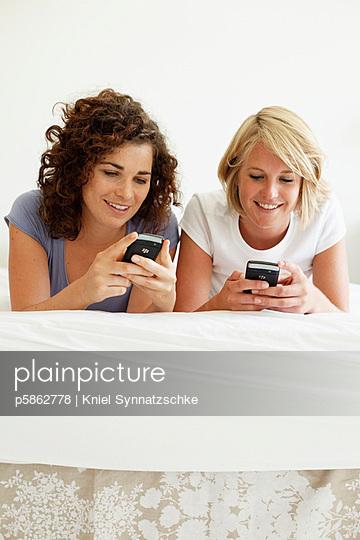 Junge Frauen mit Smartphones - p5862778 von Kniel Synnatzschke