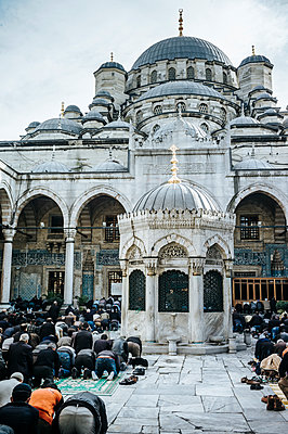 Türkei, Istanbul, Muslime beim Gebet vor einer Moschee - p1085m2259784 von David Carreno Hansen