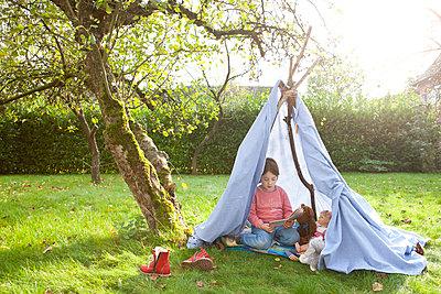 Mädchen in selbstgebauten Zelt - p1156m960679 von miep
