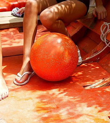 Schöne Beine auf See - p606m885563 von Iris Friedrich