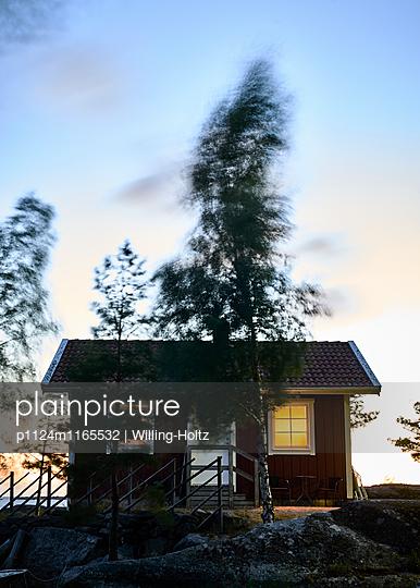 Schwedisches Haus bei Nacht im Wind - p1124m1165532 von Willing-Holtz