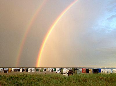 Doppelter Regenbogen - p011m865357 von Daniela Podeus