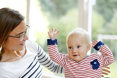 Mutter spielt mit kleiner Tochter - p1258m2021271 von Peter Hamel