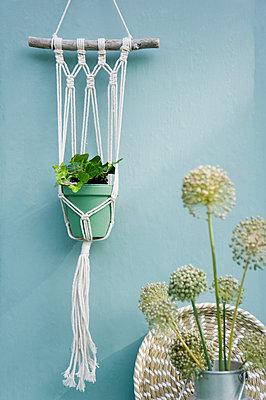 Do it yourself, Makramee attachment, ivy, braided tray, leek blossom - p300m2041948 von Gianna Schade