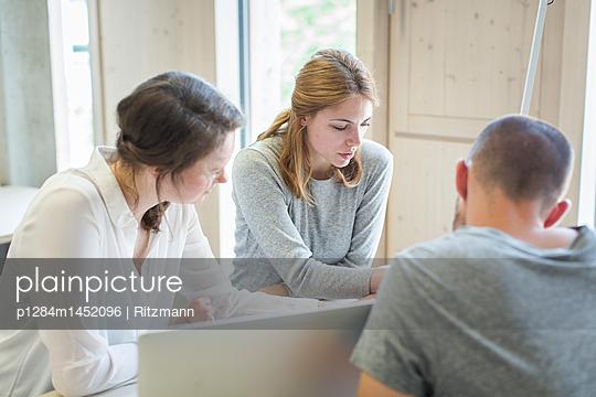Studenten in einem Workshop - p1284m1452096 von Ritzmann