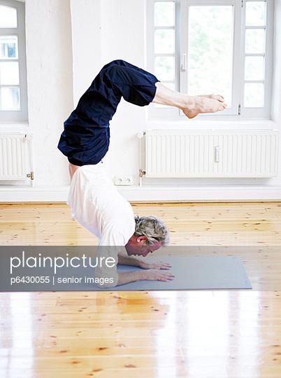 Mann beim Yoga  - p6430055 von senior images