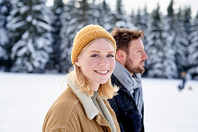 Young couple goes on a winter walk - p1124m1589310 by Willing-Holtz