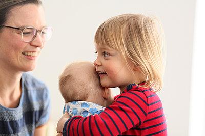 Mutter mit zwei Töchtern - p1258m1539296 von Peter Hamel