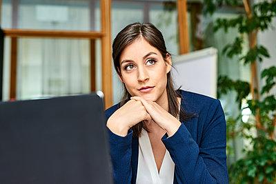 Junge Frau im Büro - p890m1440357 von Mielek