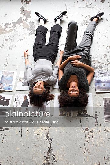 Mädels nach getaner Arbeit - p1301m2021052 von Delia Baum