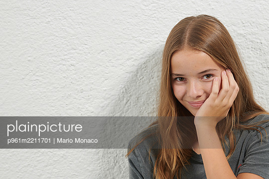Portrait of teenage girl with long hair - p961m2211701 by Mario Monaco