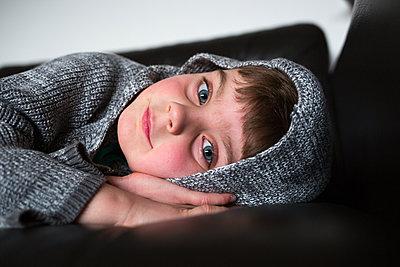 Junge liegt auf Sofa - p1308m2229288 von felice douglas
