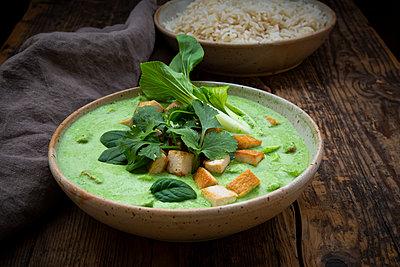 Grünes Curry mit Spinat, Pak Choi, Tofu, Saure Sahne, schwarzem Sesam und Jasmin-Reis - p300m2144010 von Larissa Veronesi