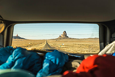 Landscape view with rock formations from vehicle window, Arizona, USA - p429m1447881 by Manuel Sulzer