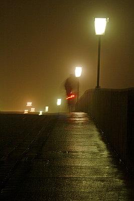 Bruecke bei Nacht mit Strassenlampen - p9792049 von Jaeckel