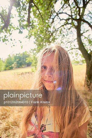Porträt eines blonden Teenagers - p1012m2064010 von Frank Krems