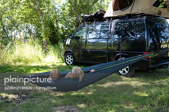 Children in hammock alongside camper - p236m2196620 by tranquillium