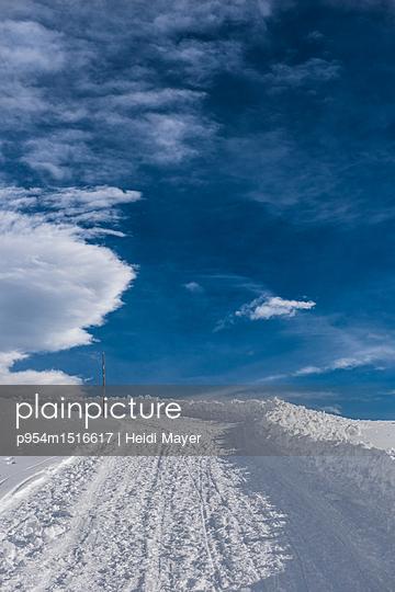 Winterweg - p954m1516617 von Heidi Mayer