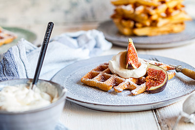 Liege waffles with icing sugar, cream and figs - p300m2156631 von Susan Brooks-Dammann