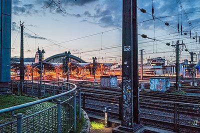Hauptbahnhof Köln am Abend - p401m1590203 von Frank Baquet